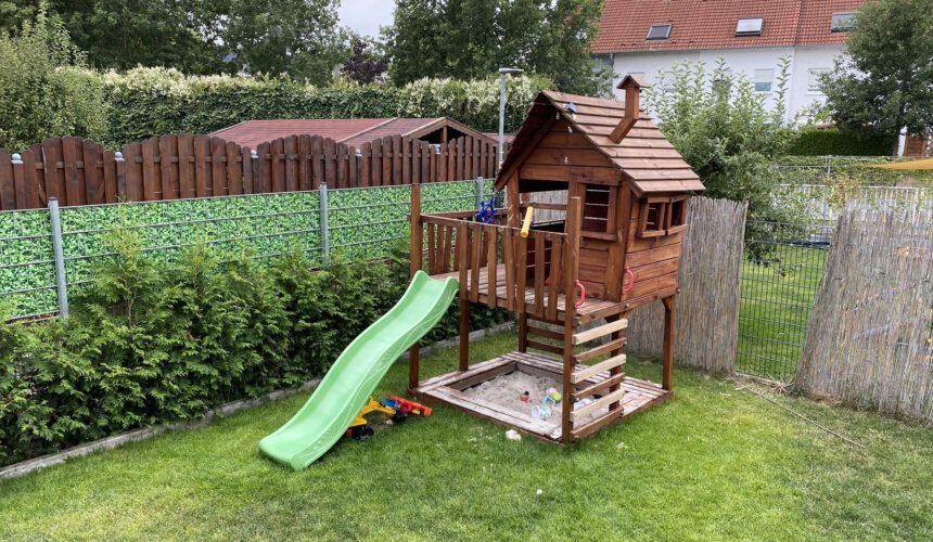 Betreuungsräumlichkeiten - Gartenhaus mit Rutsche
